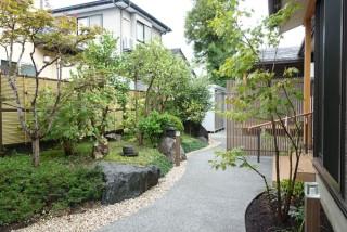 和風住宅の奥行きのある玄関アプローチとお庭