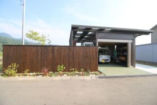 おしゃれなガレージ&プライベートガーデン セカンドハウスの庭