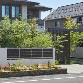 ゲートフレームでワンランク上の門構え。家族で憩う雑木の庭