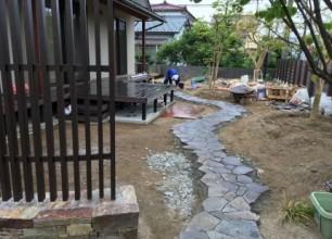 新発田市Y様邸のお庭造り 石張りのアプローチ