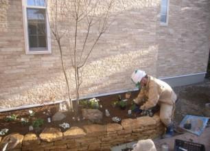 新潟市秋葉区で外構工事。コッツストーンの石積み花壇。