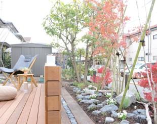 雑木とハードウッドのデッキ。自然素材のエクステリア