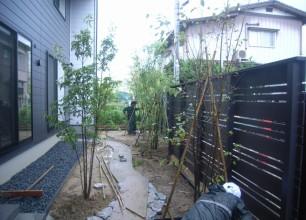 五泉市の庭造り。現場に樹木が植わりました♪