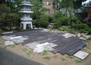 枕木と石貼りのテラス完成