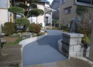 ゴムチップ舗装。人にやさしいアプローチにリフォーム。新潟市秋葉区B様邸