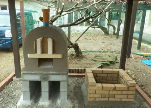 こどもたちに囲まれて ピザ窯・かまど 園庭のお庭外構リフォーム工事