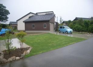 駐車場の緑化 新潟市W様邸の芝生の駐車場 新潟市外構植栽工事