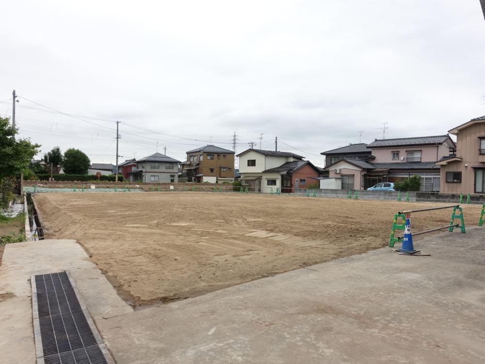 住宅街の中の広い敷地。住宅の建築と並行して造園工事を行います。