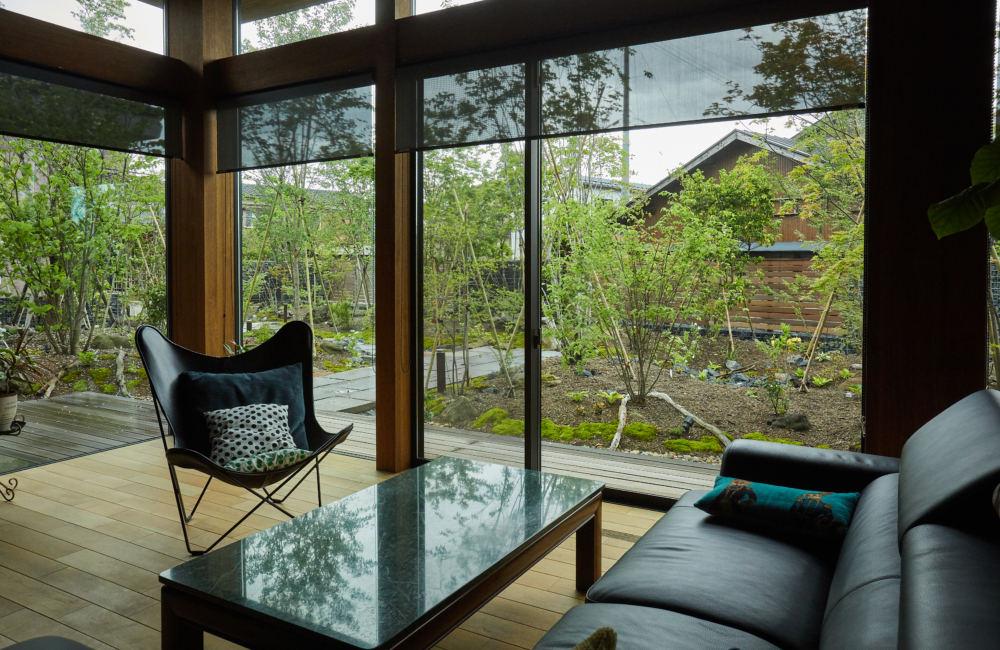 雑木の庭を眺めるための大開口のあるリビング
