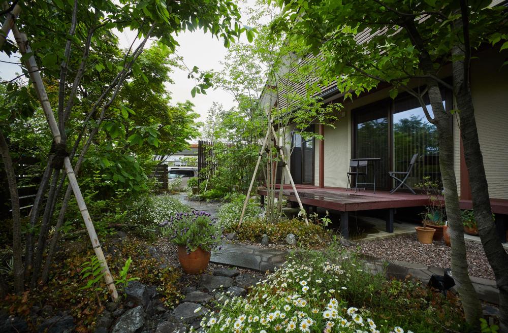 お庭が完成して施工3年後の状態。 緑が深く癒される空間になりました。 デッキ前は落葉樹のナナカマド、アオダモ、根元にはアジサイや宿根草などシェードガーデンを彩る植物。