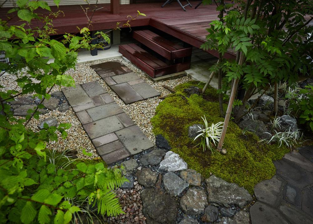 デッキへの石畳の動線 鉄平石の方形石貼り