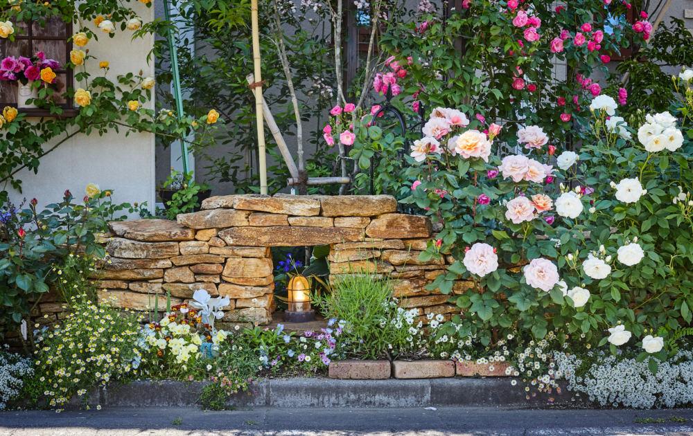 バラの庭。アーチやコッツストーンの石積とニッチ窓の南欧風門柱の外構デザイン