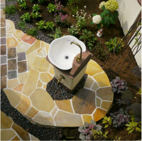 立水栓は天然石の石貼りとレンガの アプローチでおしゃれに。