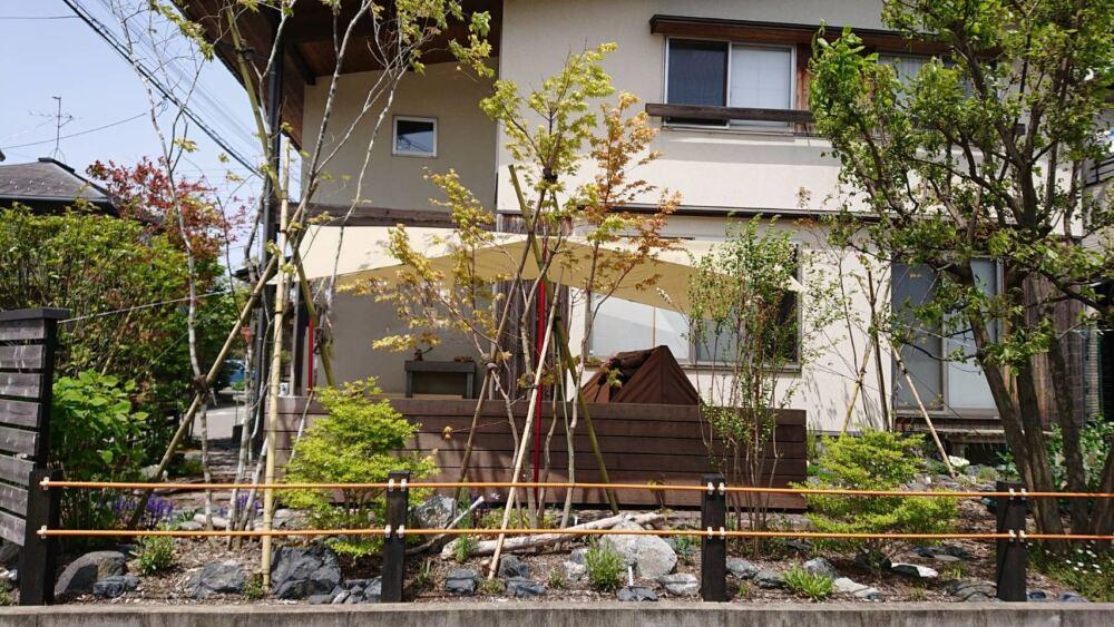 地面に近いウッドデッキ。家族でおうちキャンプ 新潟市S様邸