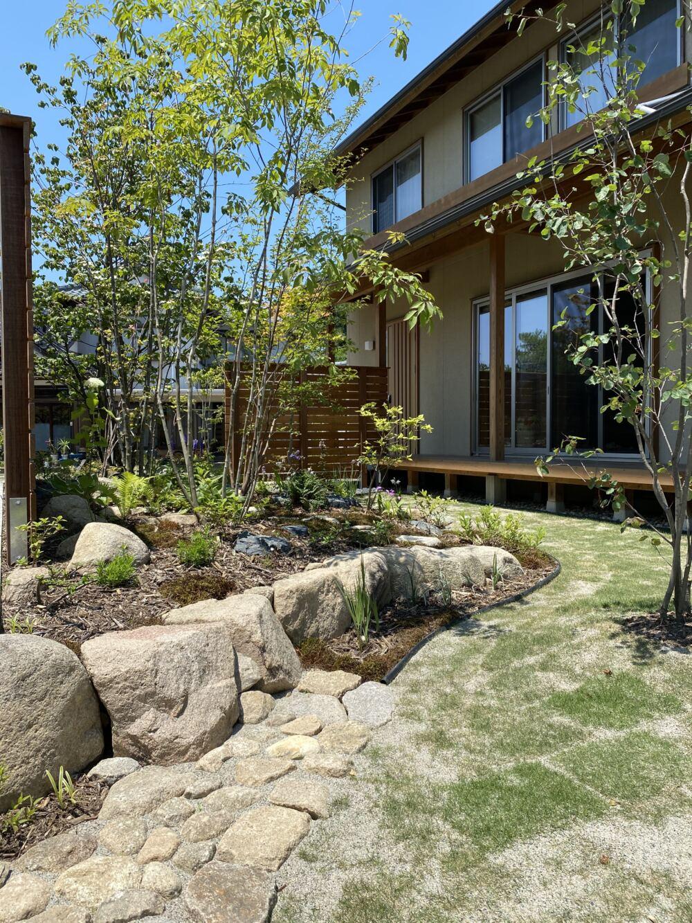 庭に腰かけたり、お手入れに築山に入りやすくする為に設けた既存の石を利用した石畳。